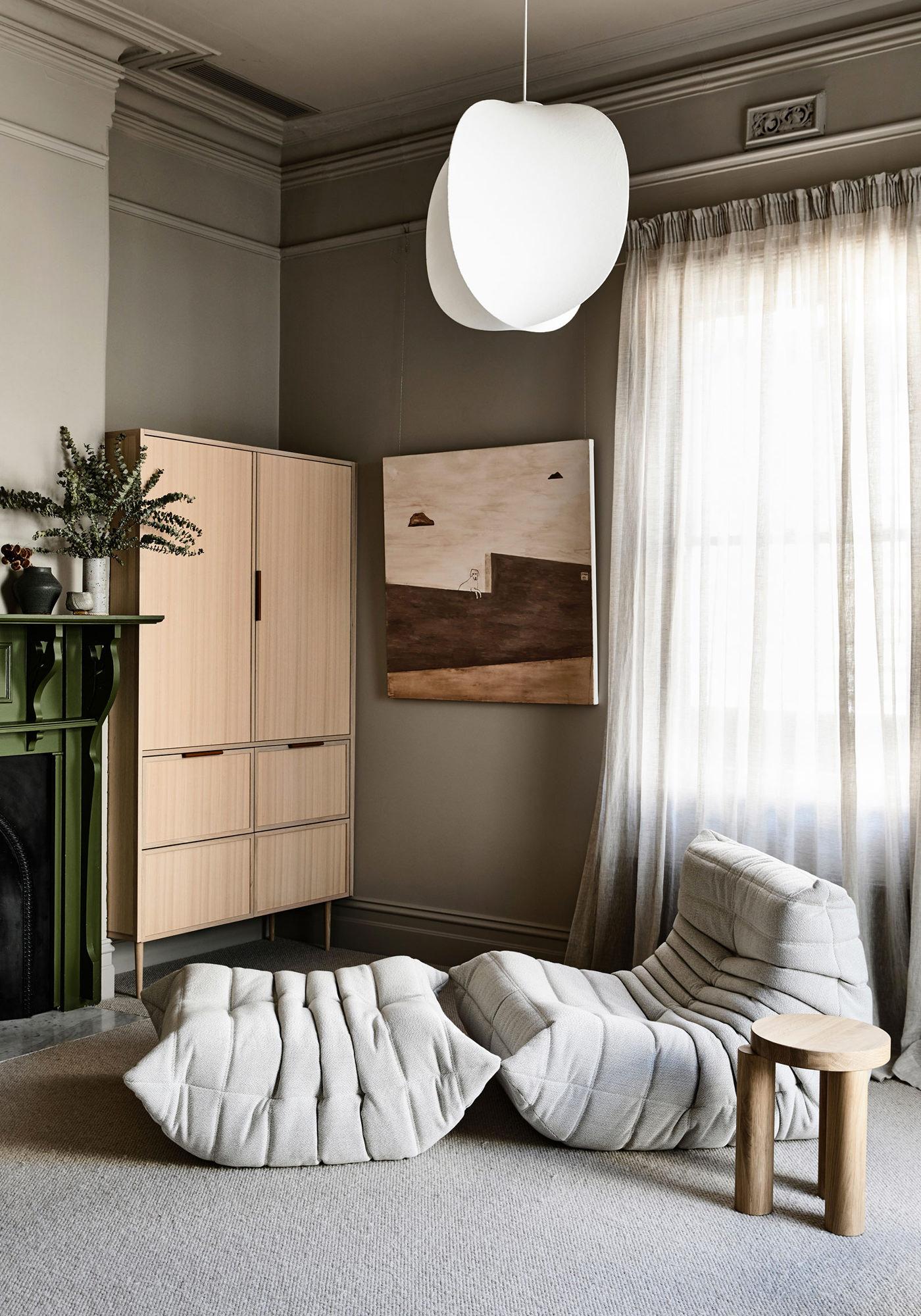 Kennedy Nolan Architects Edwardian Caroline House Melbourne Mobilier Canapé Togo Michel Ducaroy